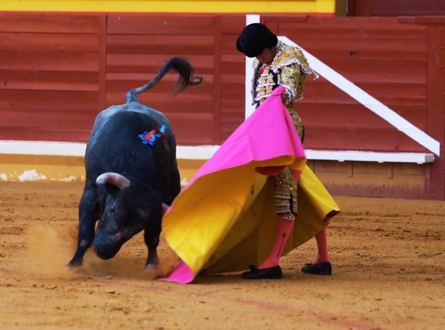Tarde histórica con la rotundidad de Emilio de Justo, la calidad de Perera y los interesantes toros de Rehuelga